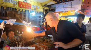 Ο Τάσος Δούσης με τις Εικόνες, μας ξεναγεί στην Chinatown της Ταϊλάνδης και δοκιμάζει… έντομα! (video)