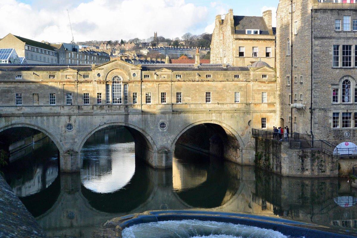 ιστορική γέφυρα Pulteney Αγγλία με σπίτια