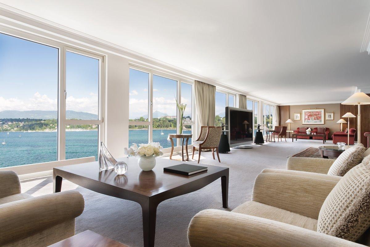 Το καθιστικό με θέα στο Hotel President Wilson Suite και στην ακριβότερη σουίτα