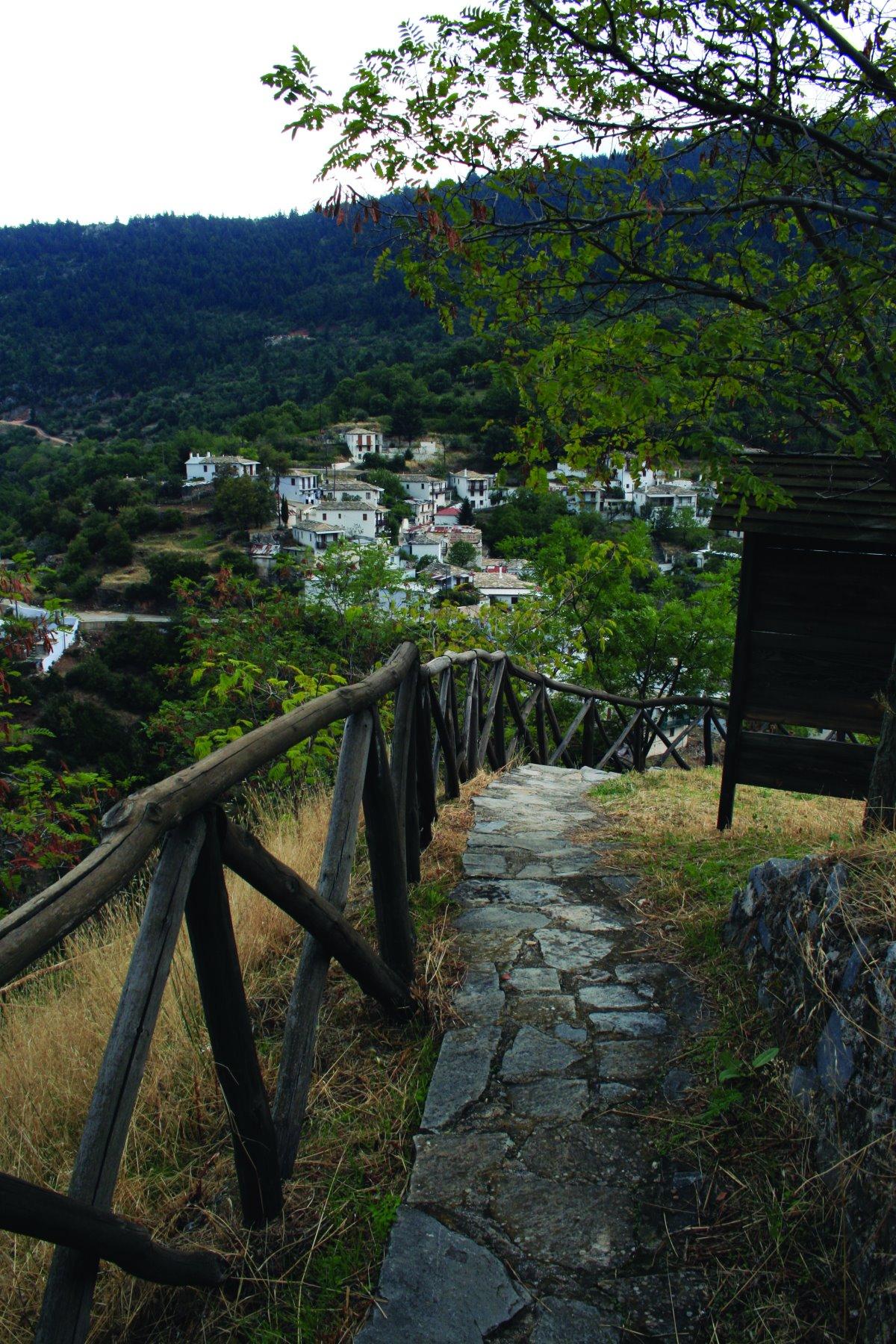 Η Καστάνιτσα περιβάλλεται από καταπράσινα τοπία και ορεινούς όγκους