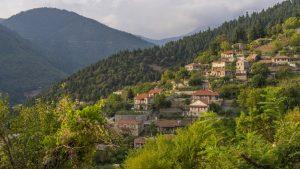 Γνωρίστε το παραδοσιακό ορεινό χωριό της Ευρυτανίας μέσα στη φύση με συγκλονιστική θέα! (φωτο)