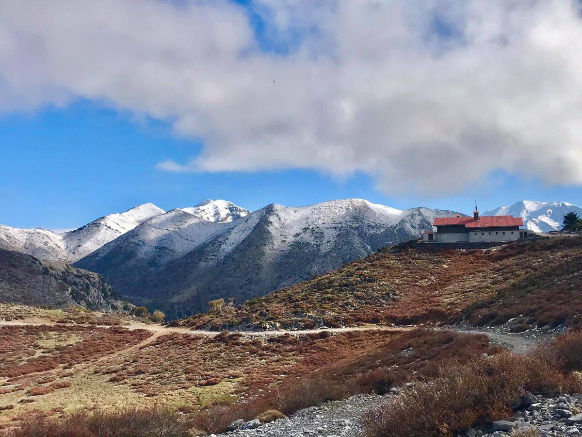 τα Λευκά Όρη χιονισμένα την άνοιξη