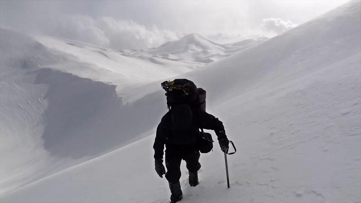 ορειβάτης στα Λευκά Όρη χιονισμένα