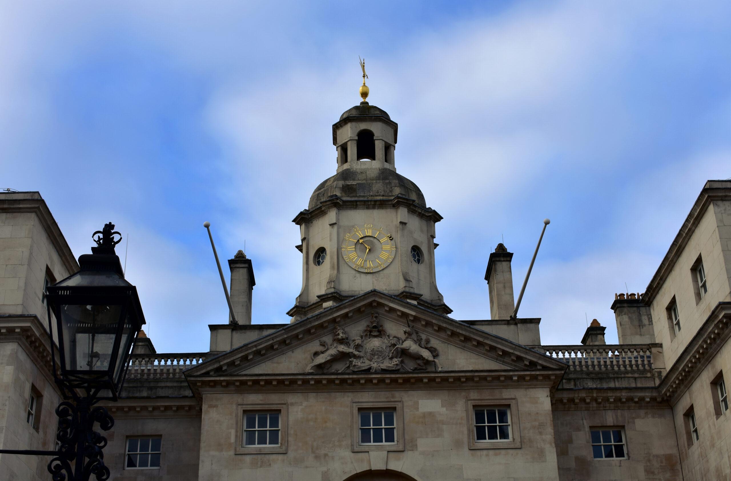 Το ρολόι που υπάρχει στην είσοδο του Horse Guards Parade