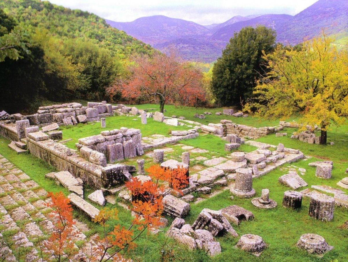 Ερείπια αρχαία λυκόσουρα η πρώτη πόλη που χτίστηκε στον κόσμο