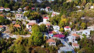 """Ευρυτανία: Ανακαλύψαμε τον άγνωστο παραδοσιακό οικισμό που είναι """"κρυμμένος"""" στα έλατα – Σε ταξιδεύει πίσω στον χρόνο! (βίντεο)"""