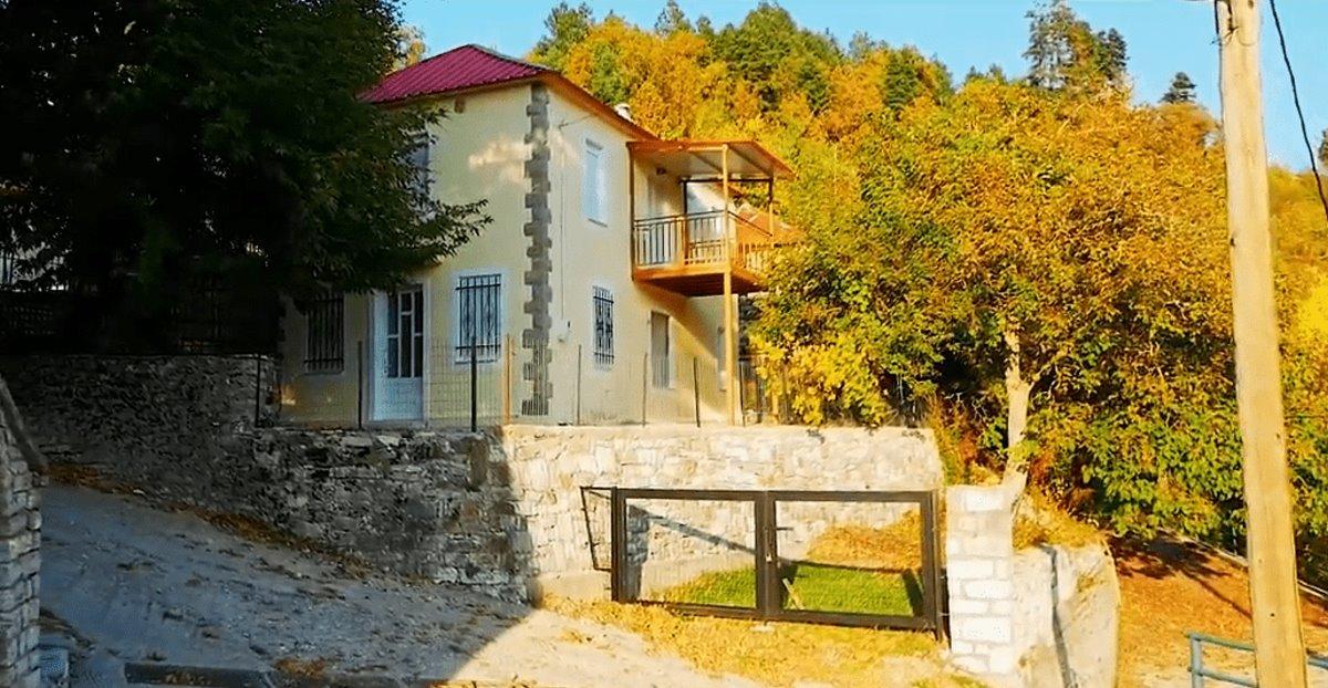 Συγγρέλος Ευρυτανία παραδοσιακός οικισμός με σπίτια μέσα στα έλατα