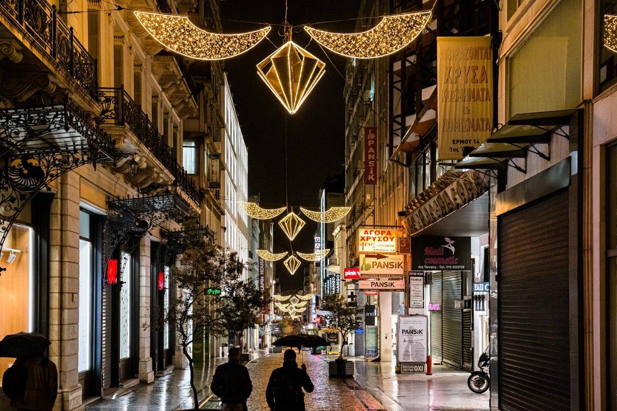 Χριστούγεννα 2020: Η στολισμένη Πλατεία Συντάγματος στα χρόνια του... κορονοϊού! Εικόνες από την χριστουγεννιάτικη Αθήνα του lockdown!