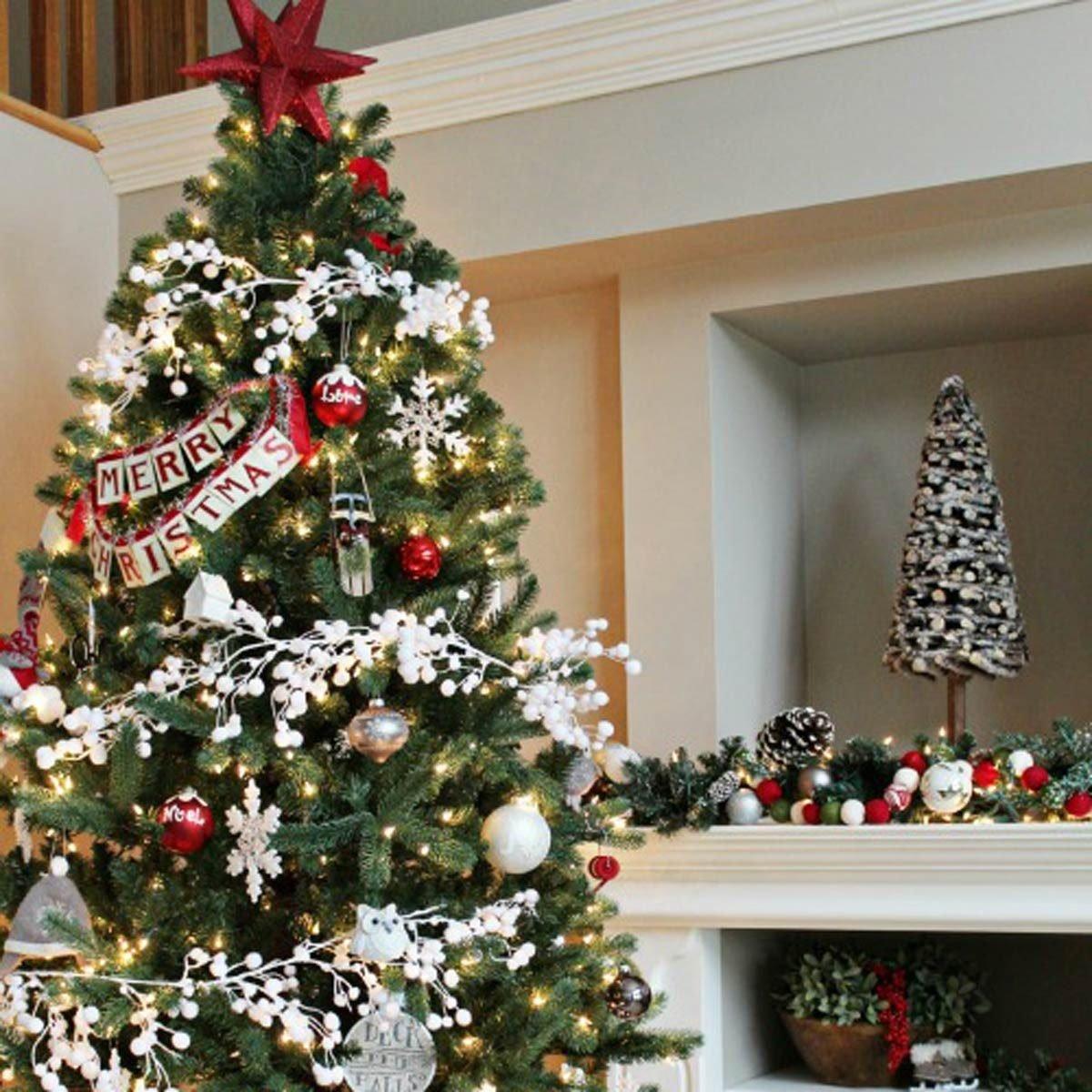 χριστουγεννιάτικο δέντρο με στολισμό