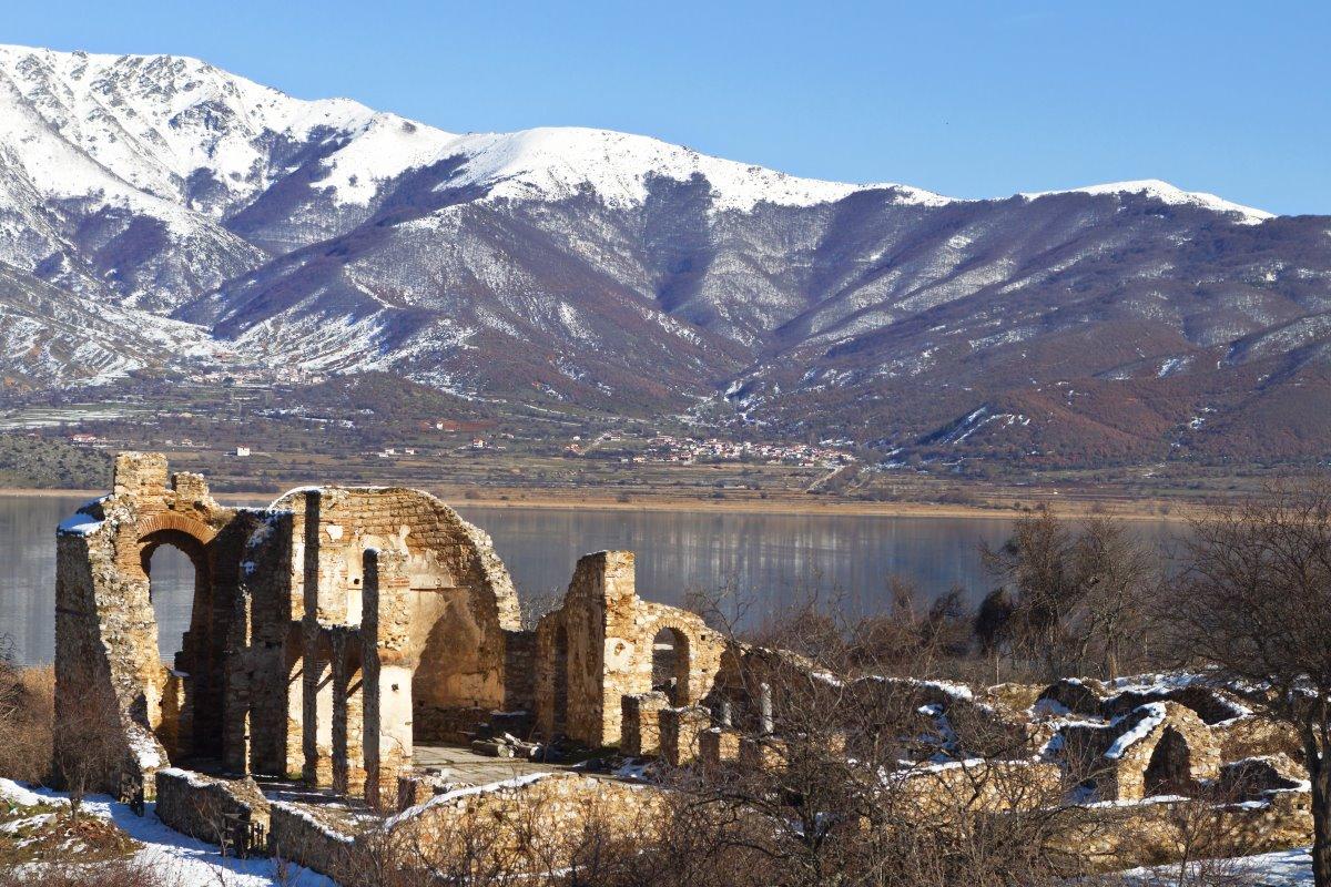 Τα ερείπια της παλιάς Βυζαντινής εκκλησίας του Άγιου Αχίλλειου