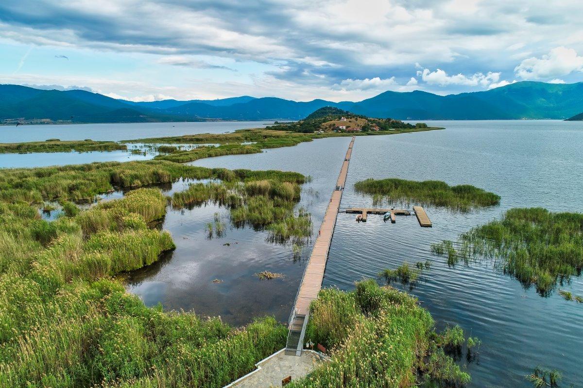η διαδρομή πάνω στη γέφυρα για το χωριό του Αγίου Αχιλλείου, Πρέσπες