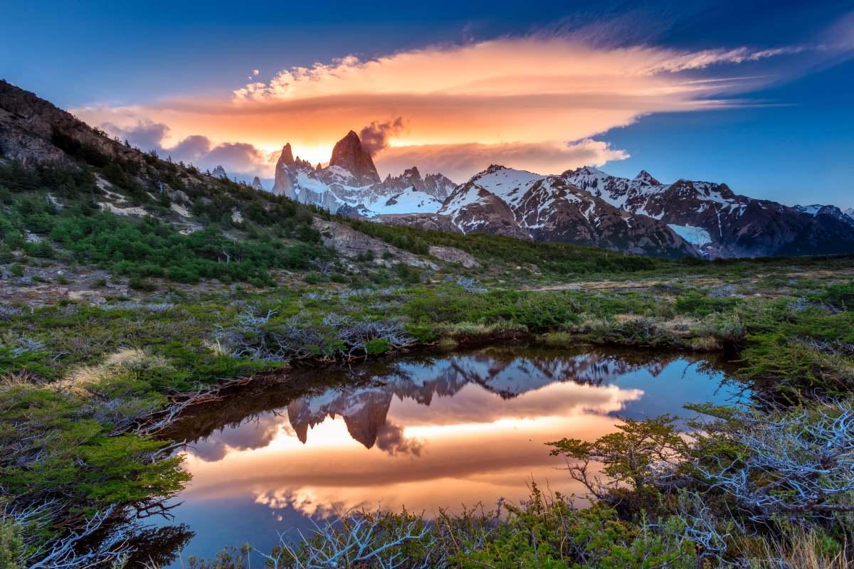 Η θέα του Fitz Roy με αντανάκλαση στη λίμνη, βρίσκεται στην Αργεντίνικη Παταγονία