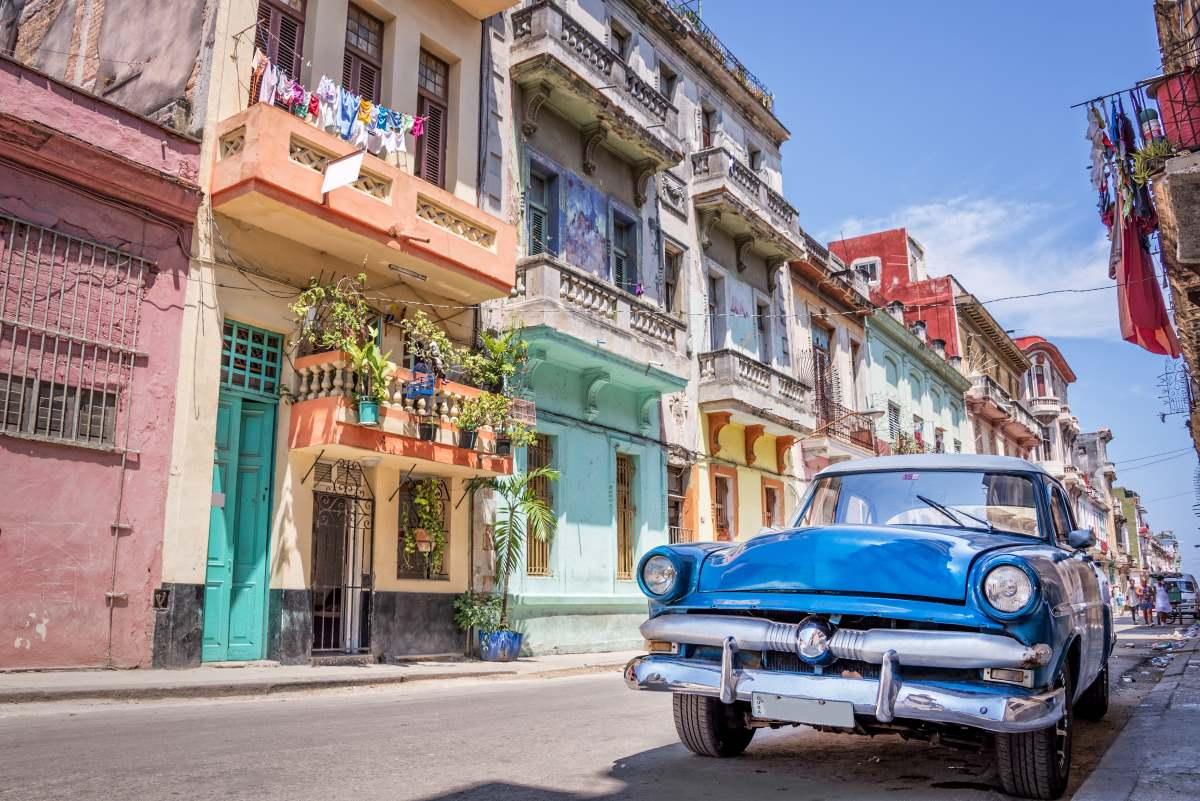 Οι δρόμοι της Αβάνας που σχεδόν παντού υπάρχουν vintage αυτοκίνητα -από τις χαρακτηριστικές εικόνες στην πόλη