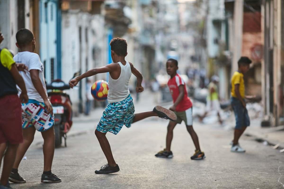Παιδιά που παίζουν στο δρόμο Αβάνα