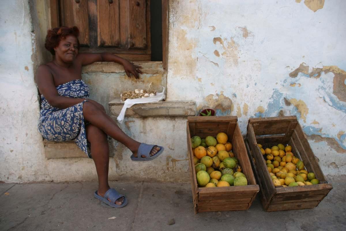 Κουβανή πουλάει φρούτα στο δρόμο, Αβάνα