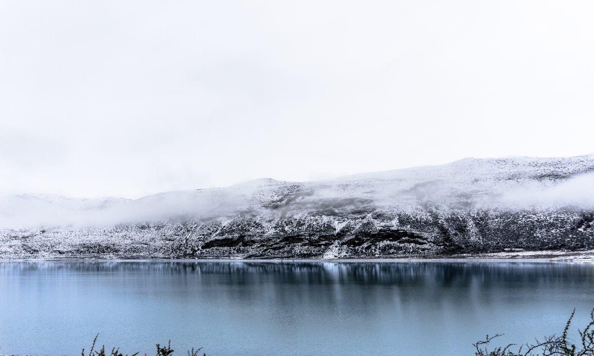 Torres del Paine, Χιλή. Λίμνη Nordenskjöld στη Χιλιανή Παταγονία που περιβάλλεται από χιονισμένα βουνά.