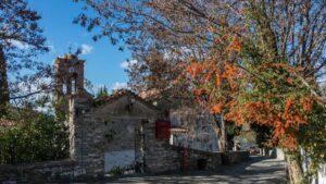 """Αμπελάκια, Λάρισας: Ταξιδεύουμε στο στολίδι της Θεσσαλίας με τα """"κρεμασμένα"""" αρχοντικά στις πλαγιές του βουνού!"""