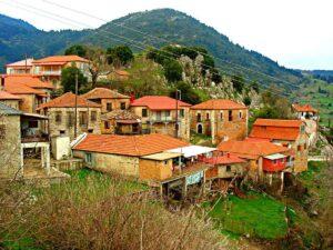 Το γραφικό χωριό Καλαβρύτων μέσα στα έλατα με τους εντυπωσιακούς καταρράκτες!