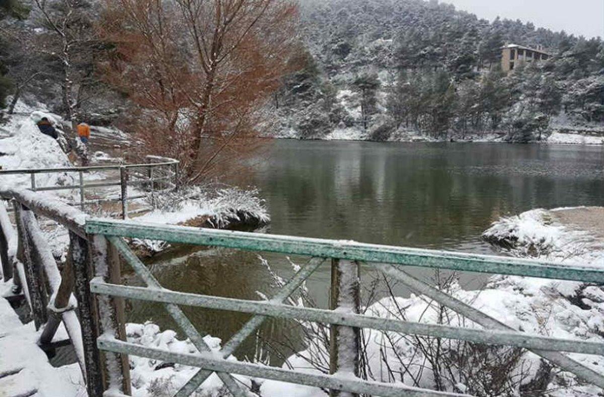 Λίμνη Μπελέτσι σκεπασμένη με λευκό πέπλο χιονιού