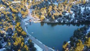 Η άγνωστη λίμνη Μπελέτσι των Αθηνών ντύθηκε στα λευκά – Αλπικό σκηνικό που μαγεύει! (βίντεο)