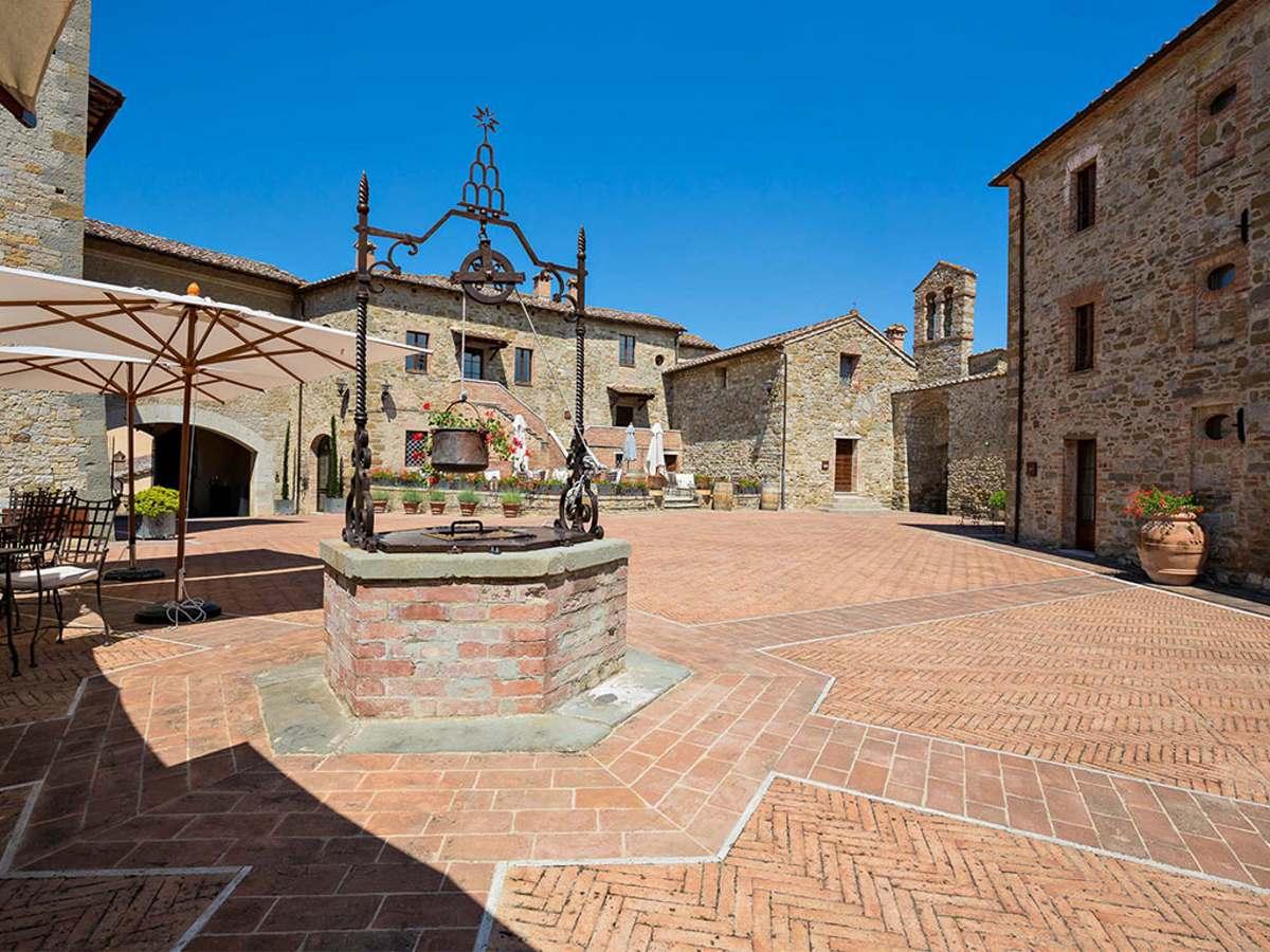Castel Monastero αυλή