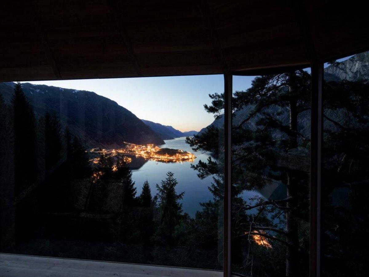 Δεντρόσπιτο στη Νορβηγία με θέα το βράδυ