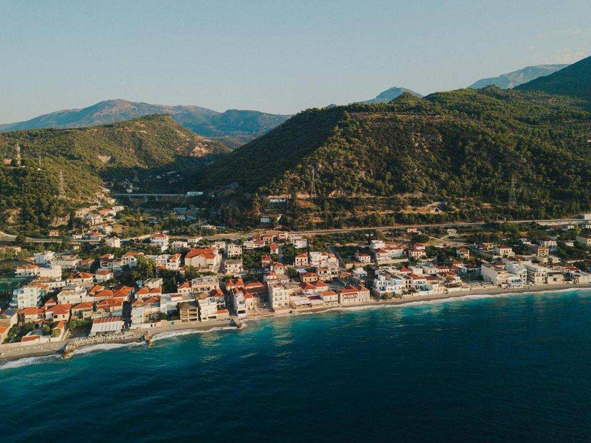 Δερβένι Κορινθίας χωριό με δική του παραλία