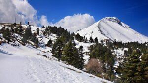 Εκπληκτικές εικόνες από ψηλά στη χιονισμένη Δίρφυς! (video)