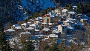 """Ευρυτανία: Ταξιδεύουμε σε 10+1 εκπληκτικής ομορφιάς χιονισμένα χωριά και κάνουμε στάση στο περίφημο φαράγγι """"Πάντα Βρέχει"""" (βίντεο)!"""