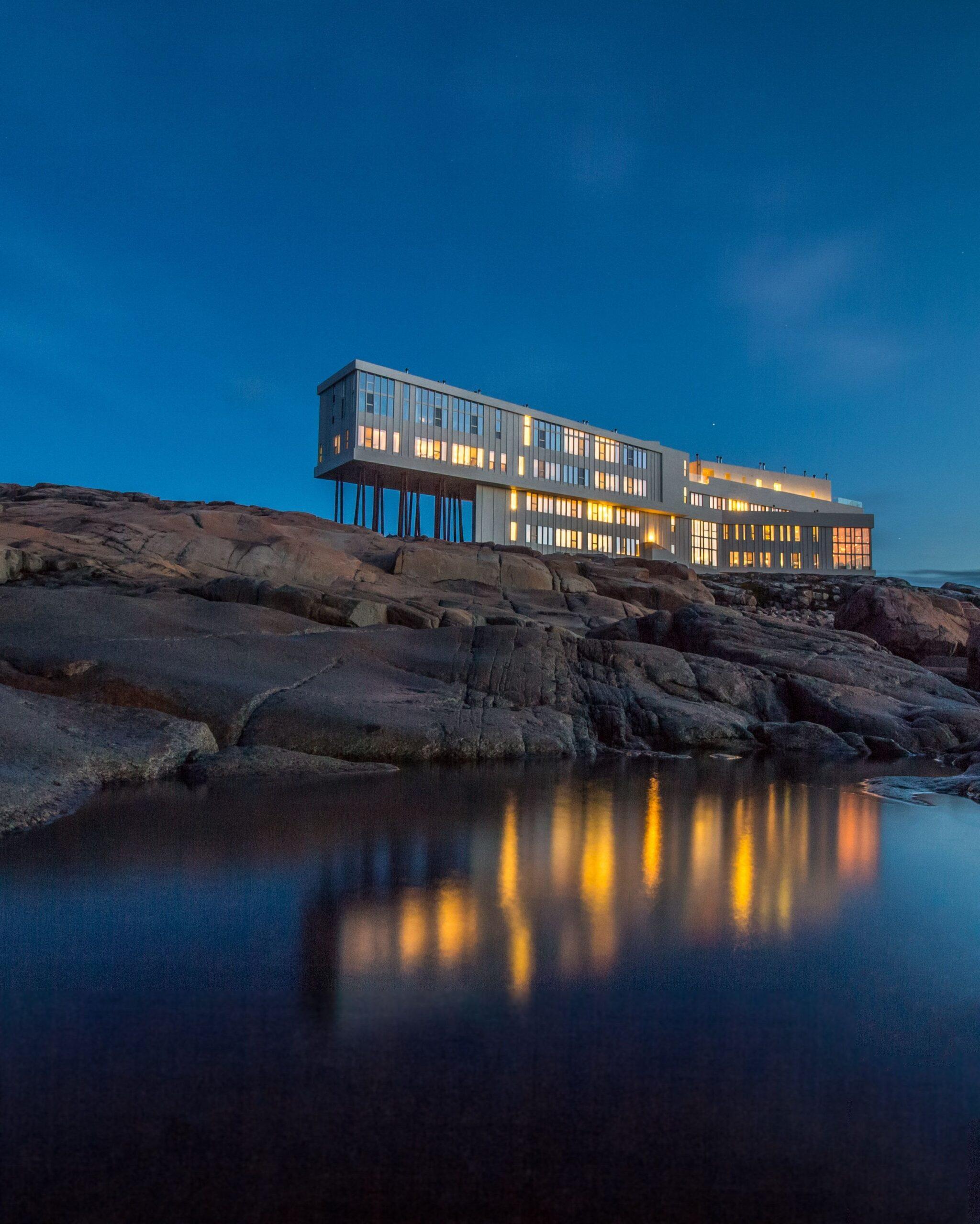 Fogo Island Inn καναδάς πάνω στα βράχια φωτισμένο τη νύχτα