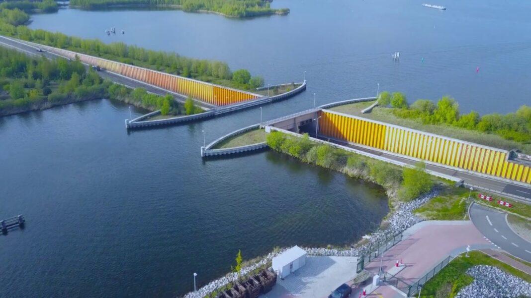 Γέφυρα Ολλανδία κάτω από το νερό