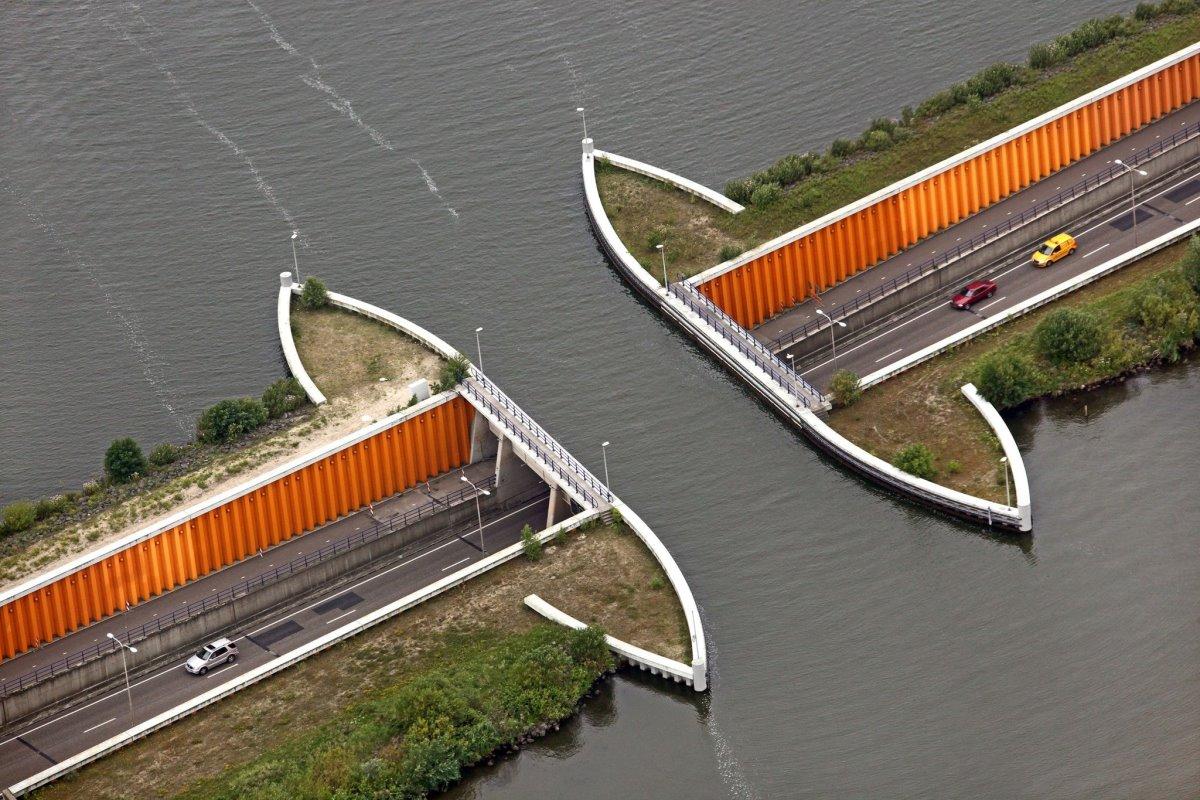 εντυπωσιακή γέφυρα κάτω από το νερό στην Ολλανδία