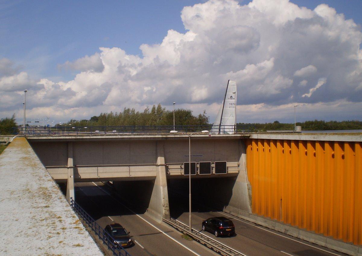 αυτοκίνητα περνούν από τη γέφυρα κάτω από το νερό στην Ολλανδία