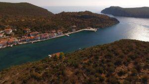 """Πελοπόννησος: Ταξιδεύουμε στο ελληνικό φιόρδ που θυμίζει Νορβηγία και ανακαλύπτουμε το """"αιγαιοπελαγίτικο"""" χωριό στις άκρες του!  (βίντεο)"""