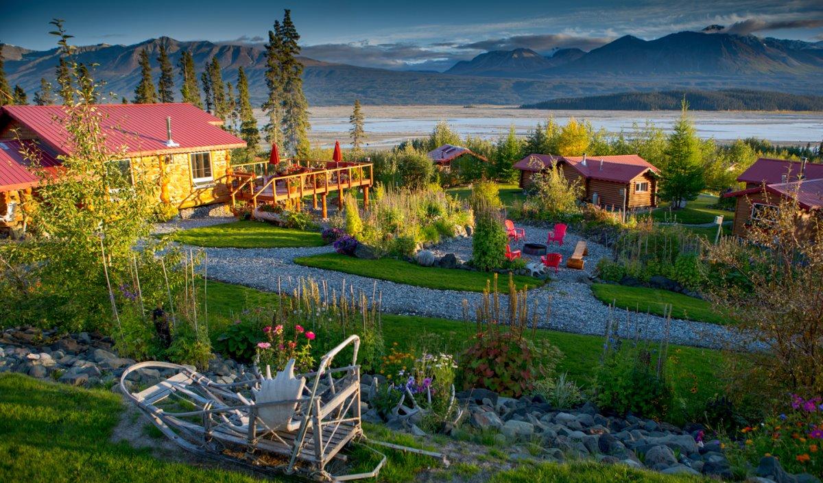 Ultima Thule Lodge στην Αλάσκα με όμορφο κήπο