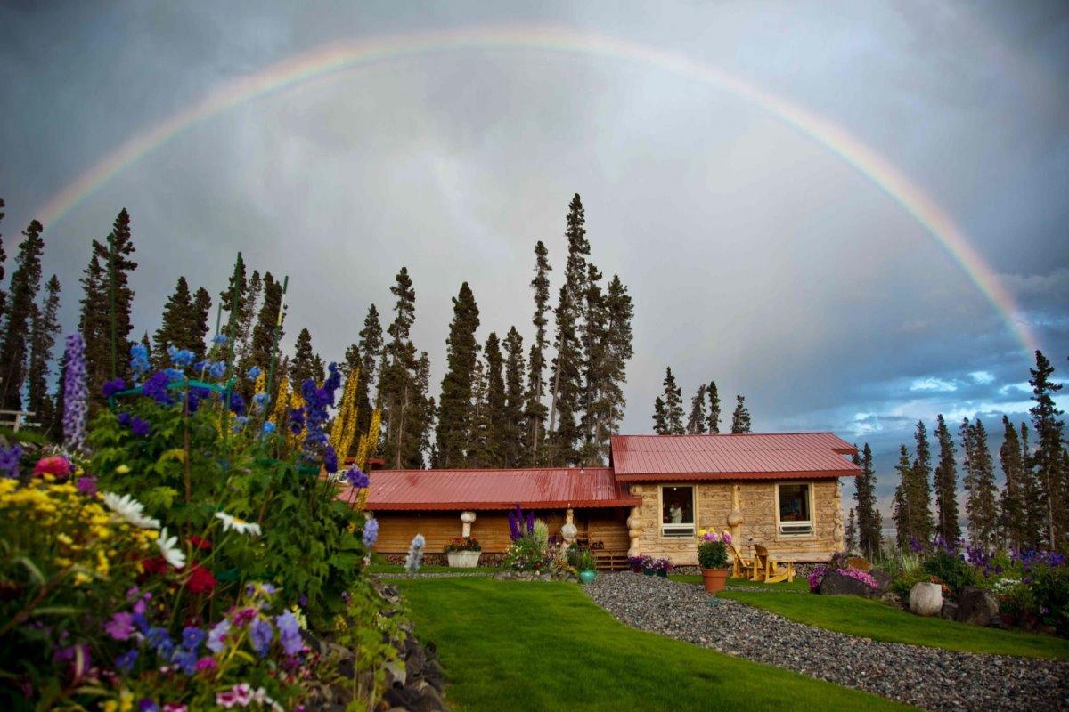 Ultima Thule Lodge στην Αλάσκα εντυπωσιακό ουράνιο τόξο