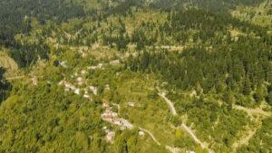 Ευρυτανία: Η Μαυρομμάτα σού κλέβει την καρδιά με την πρώτη ματιά – Ο άγνωστος ορεινός οικισμός μέσα στα έλατα! (βίντεο)
