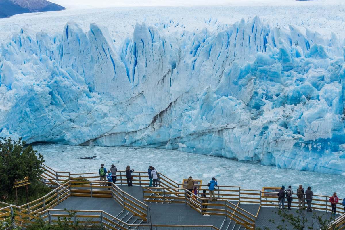Tουρίστες κοιτούν του παγετώνες του Perito Moreno Glacier και τη λίμνη Argentino στο El Calafate