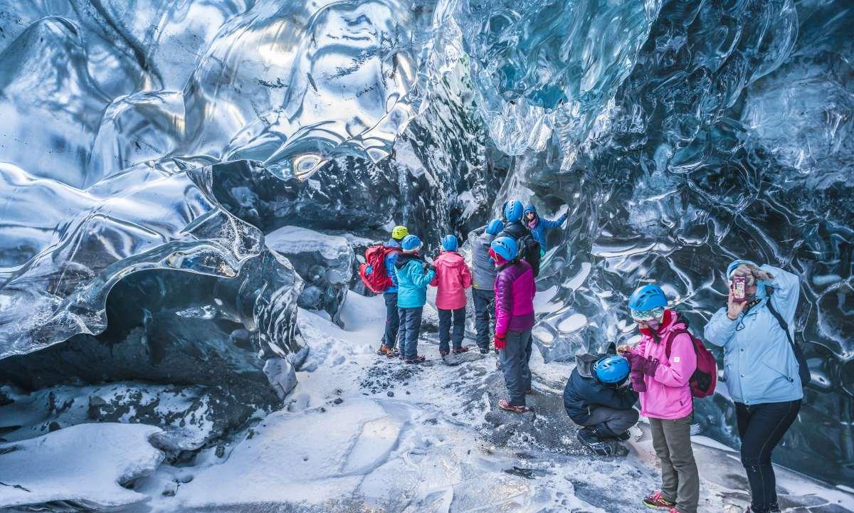 Ταξιδιώτες σε μια μοναδική εμπειρία στο εθνικό πάρκο Vatnajökull της  Ισλανδίας