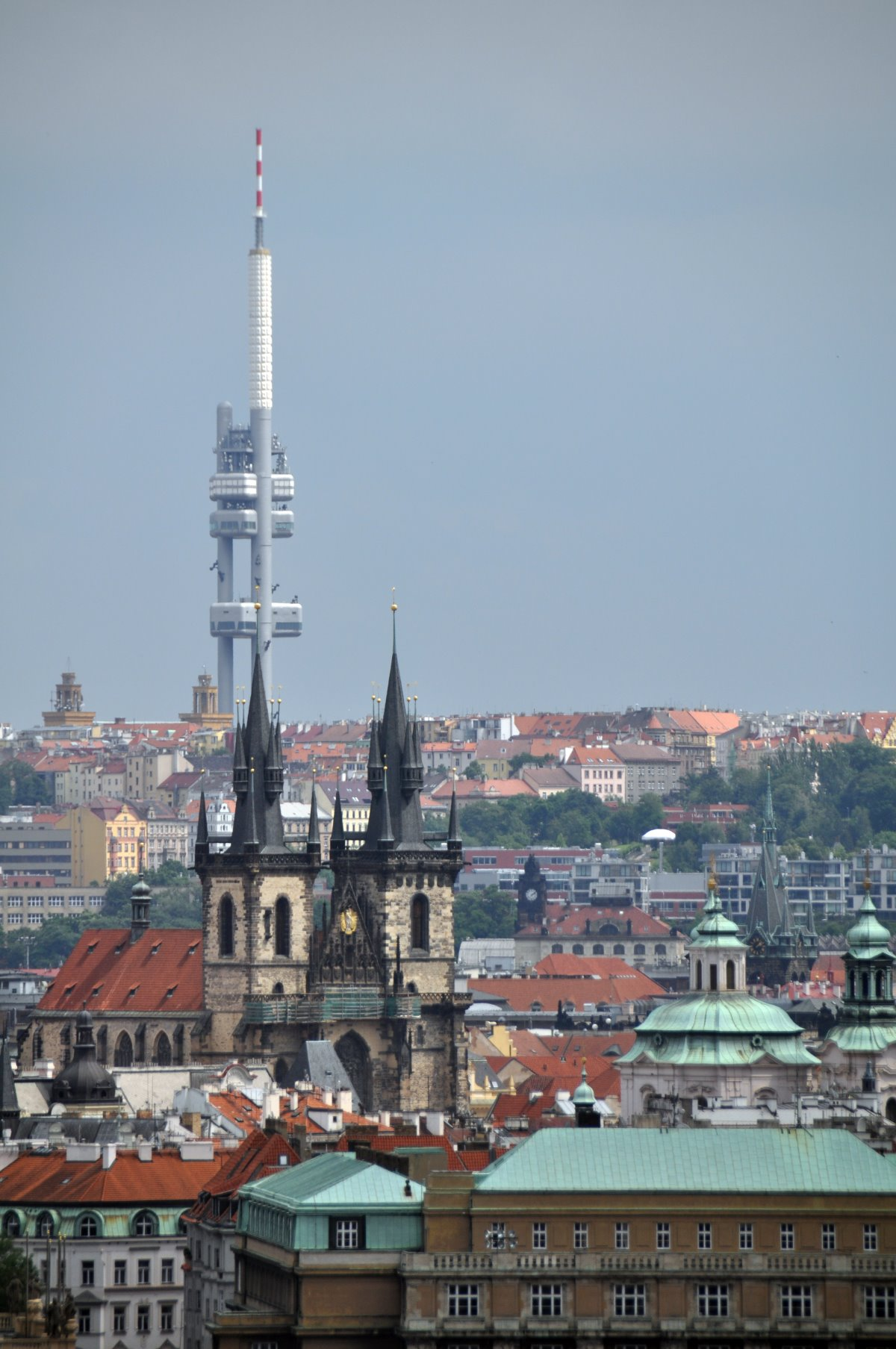 Ο πύργος τηλεόρασης με το One Room Hotel και θέα στην Πράγα
