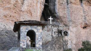 """Ναύπλιο: Η Παναγία των Βράχων είναι υπέροχη από ψηλά – Ελάτε να γνωρίσουμε το απίστευτο εκκλησάκι που """"κρέμεται"""" στα βράχια! (βίντεο)"""