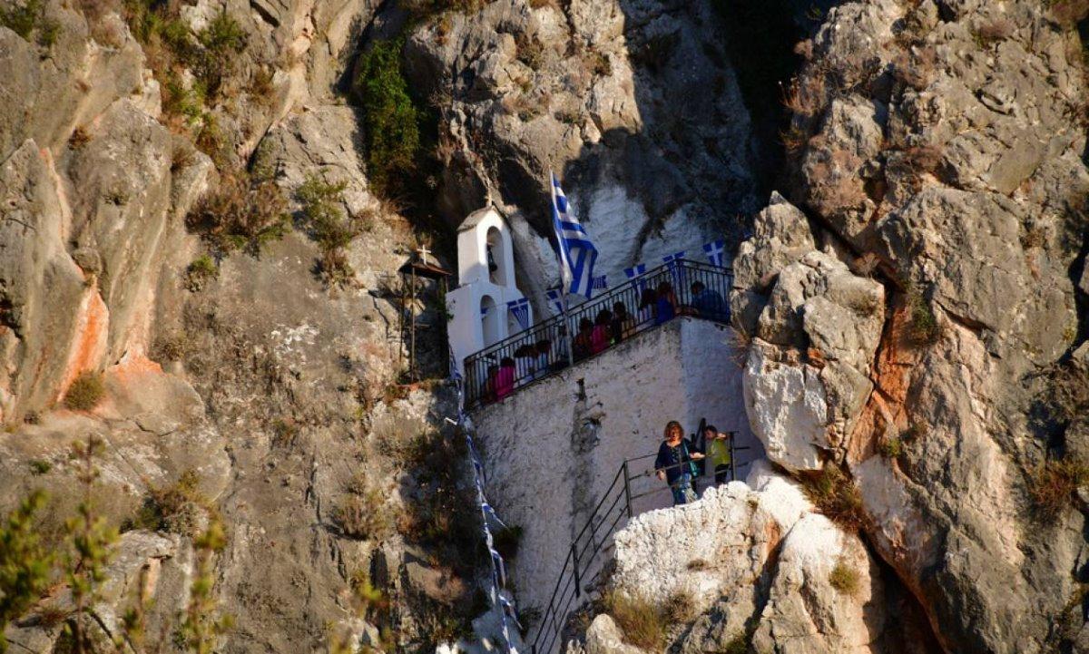 Η Παναγία των Βράχων ένα εκκλησάκι στο Ναύπλιο κρέμεται στα βράχια