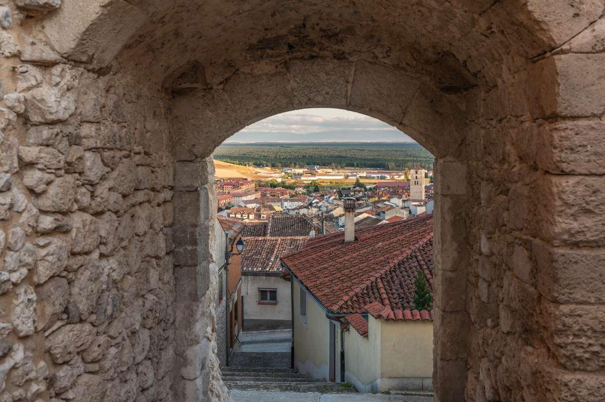 Αψίδα εισόδου στα τείχη και την αρχαία πόλη Cuellar στην επαρχία Σεγκόβια