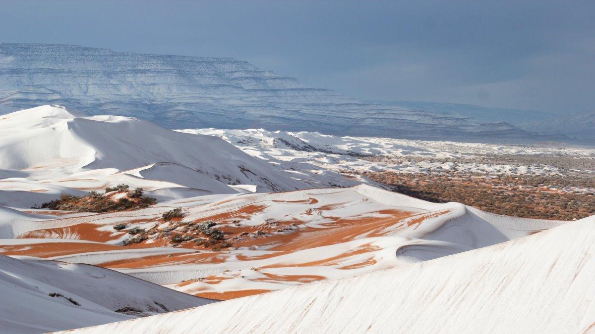 λευκό πέπλο χιονιού στη Σαχάρα