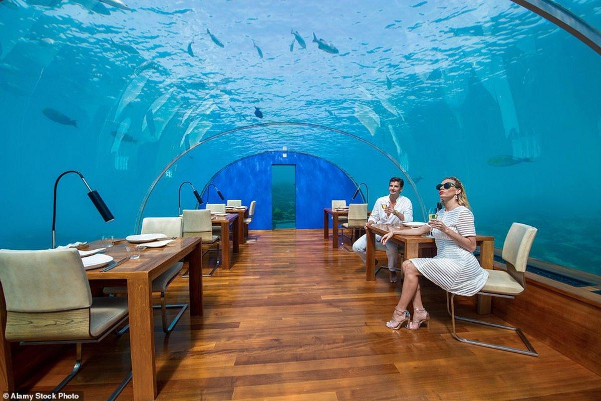 """Καλώς ήρθατε στον τρελό κόσμο της """"υποβρύχιας"""" φιλοξενίας! Υπερπολυτελείς σουίτες, υψηλή γαστρονομία & εξωτικά μασάζ κάτω από το νερό!"""
