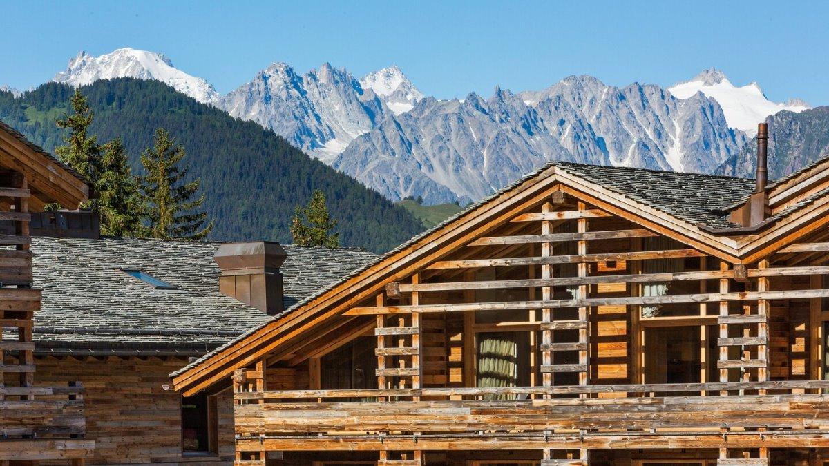 Θέα στα βουνά από το Werbier καλύτερο ski hotel Ελβετία