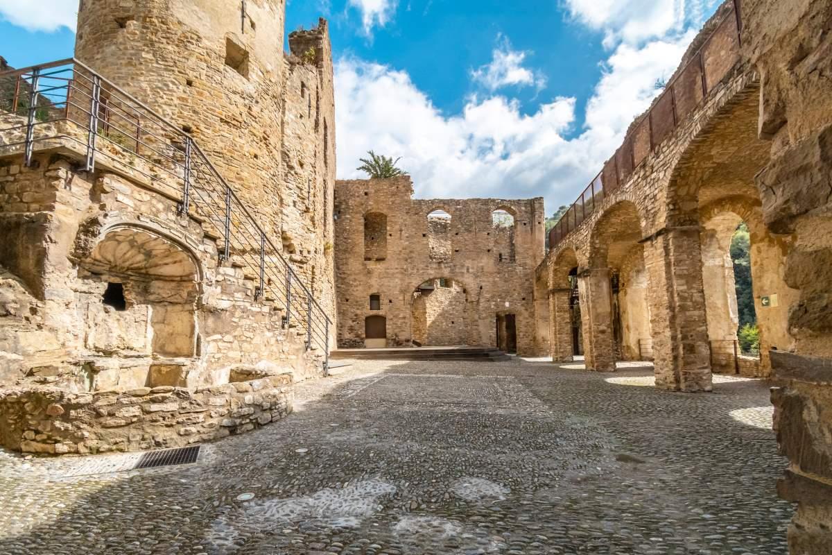 Dolceacqua μεσαιωνικό χωριό, δυτική Λιγουρία, Ιταλία, κάστρο