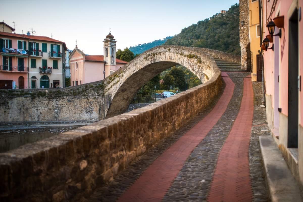 Dolceacqua μεσαιωνικό χωριό, δυτική Λιγουρία, Ιταλία, γέφυρα