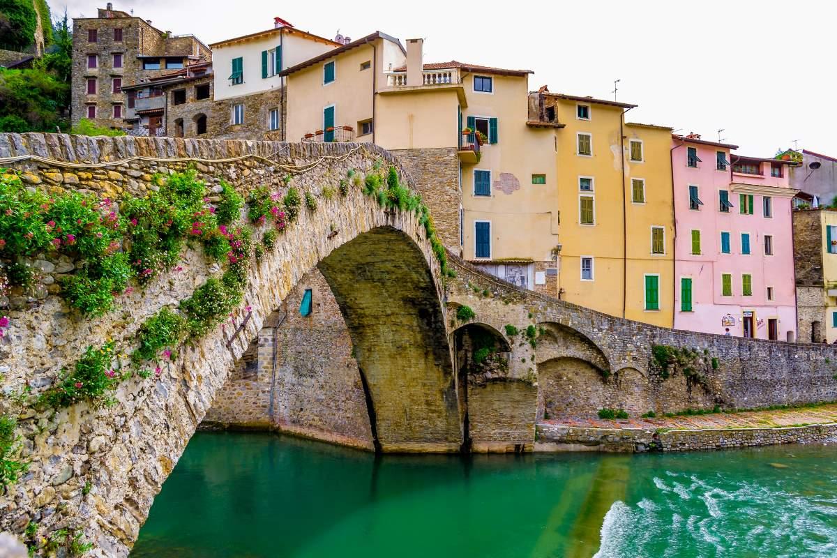 Γέφυρα στο Dolceacqua μεσαιωνικό χωριό, Ιταλία