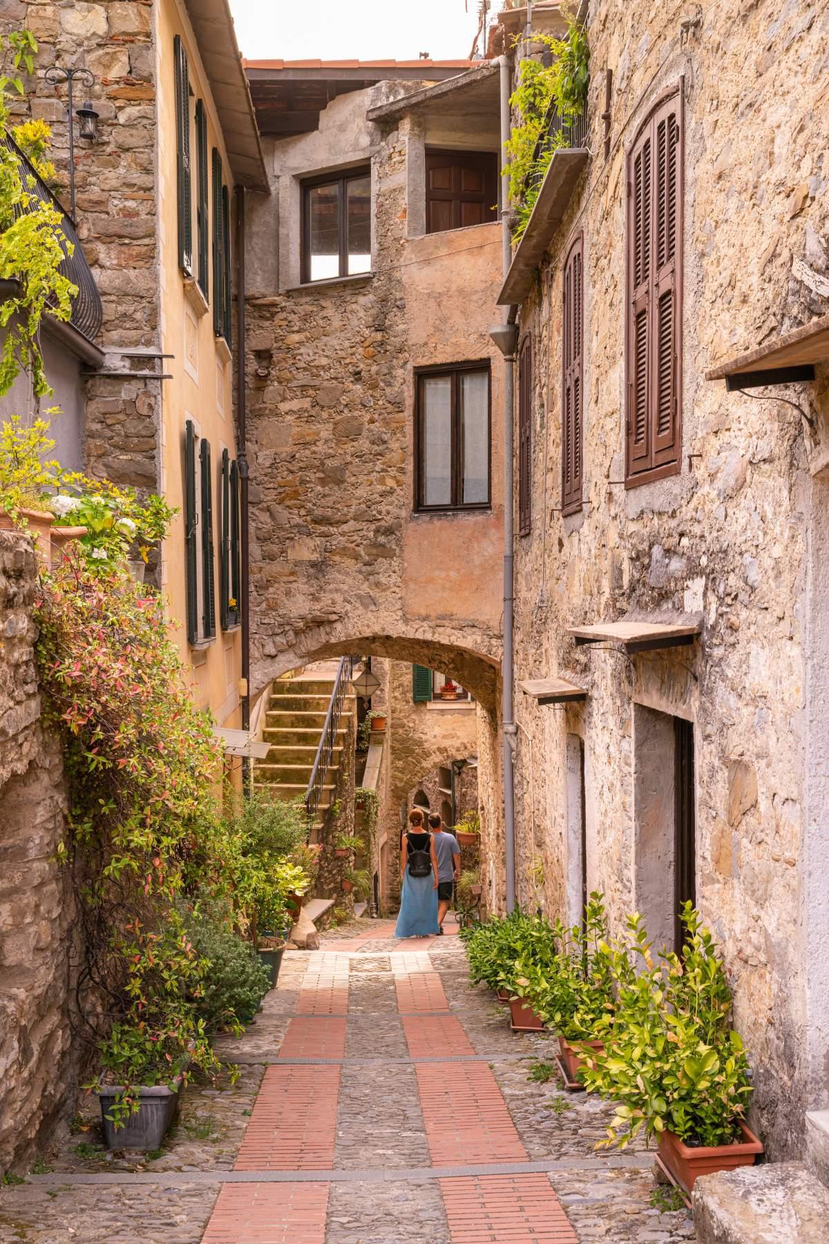 Δρομάκι στο Dolceacqua μεσαιωνικό χωριό, δυτική Λιγουρία, Ιταλία